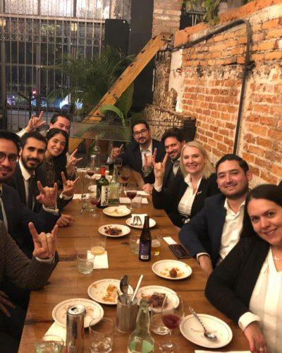 Alumni and Dean Fielder enjoy dinner in Mexico City